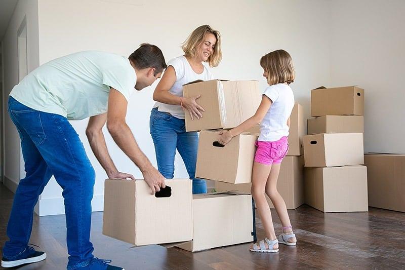 Mama tata i dete pakuju stvari za selidbu