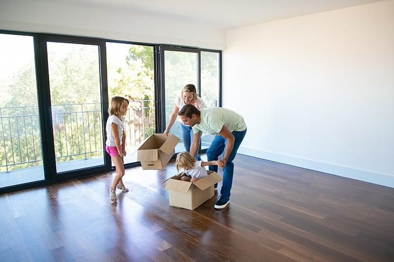 Porodica useljava u novi stan