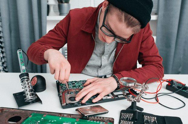 Računar popravlja serviser